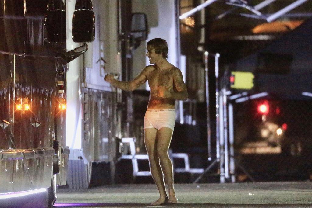 Lộ loạt ảnh Justin Bieber hớn hở, mặc độc mỗi quần lót khoe body săn chắc trên phim trường - Ảnh 3.