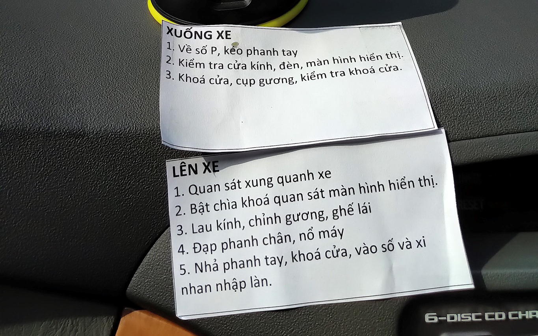 Bảng hướng dẫn chi tiết lái xe ô tô chồng soạn riêng cho vợ khiến ai xem cũng bất ngờ, nhiều chị em chắc sẽ thấy mình trong đó