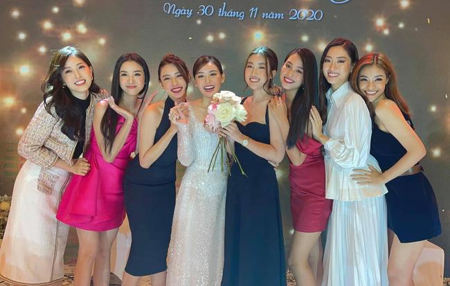 """Khi bạn là cô dâu, nhưng khách mời toàn Hoa hậu, thì không tránh được khoảnh khắc """"lọt thỏm"""" trong dàn mỹ nhân váy áo gợi cảm - Ảnh 3."""