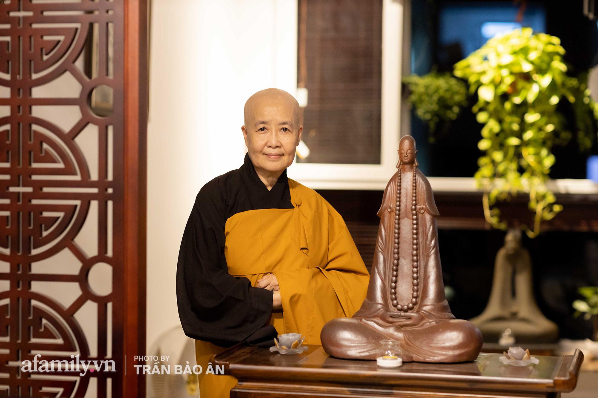 Những hình ảnh hiếm hoi tại nhà của Nghệ nhân ẩm thực Nguyễn Dzoãn Cẩm Vân kể từ khi xuất gia và bữa cơm chay do đích thân cô xuống bếp thiết đãi - Ảnh 14.
