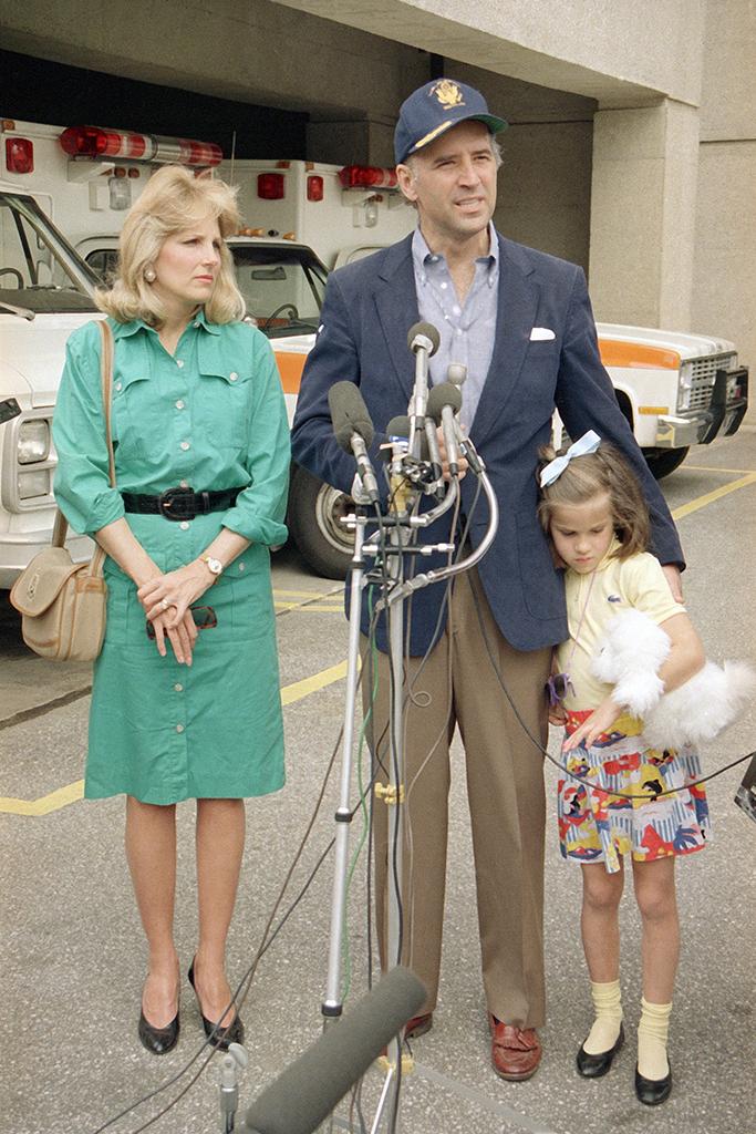"""""""Hậu phương"""" của ông Biden: Vị phu nhân gần 70 tuổi """"sắc nước hương trời"""" với gu thời trang thanh lịch, giản dị đậm nét hoàng gia - Ảnh 5."""