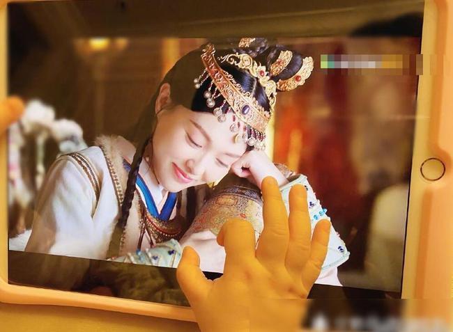 """""""Yến Vân Đài"""": Đường Yên bị chỉ trích lợi dụng con gái quảng bá phim, còn đánh má hồng quá đà khiến netizen nổi giận  - Ảnh 2."""