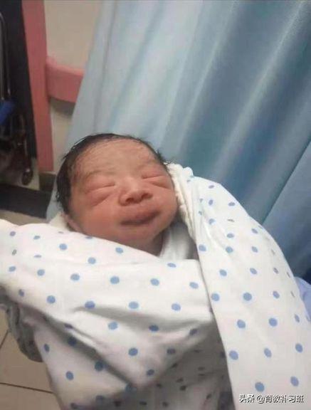"""Người mẹ nhìn thấy con trai mới sinh, tưởng mình sinh ra """"người ngoài hành tinh"""" và màn """"lột xác"""" hoàn hảo của đứa trẻ sau nửa năm - Ảnh 1."""