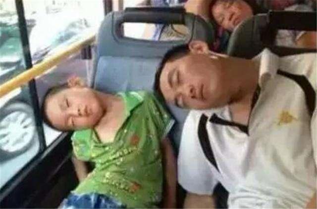 Mẹ và em bé cùng ngủ gật trên xe bus, người xem không khỏi trầm trồ: Đúng là con ruột! - Ảnh 4.