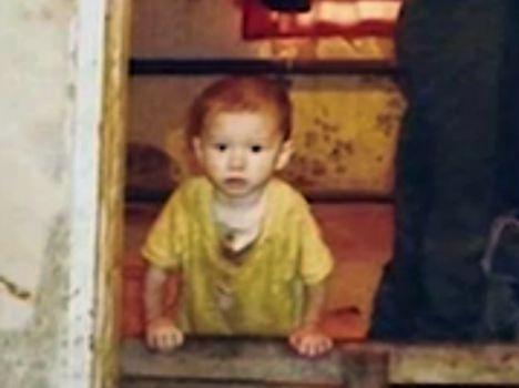 Bé trai 2 tuổi bị mẹ bỏ bê phải sống với dê từ thuở lọt lòng, đến khi được ứng cứu đã tàn ma dại, hành xử như loài vật - Ảnh 1.