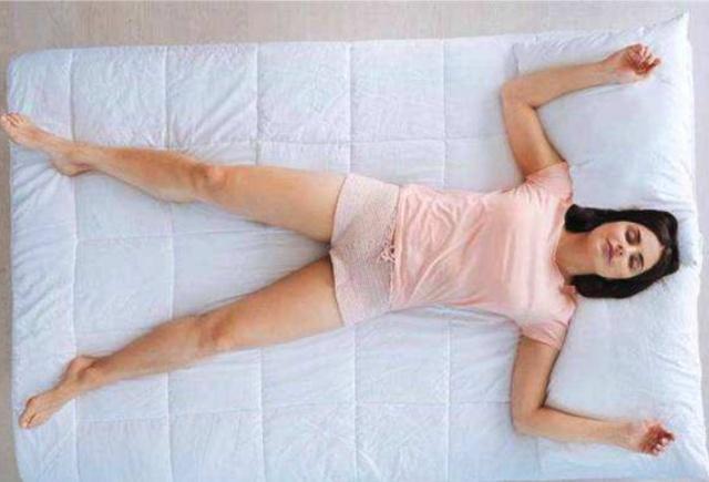 Nằm ngủ ở tư thế này có thể khiến nhiều chị em đỏ mặt nhưng thực tế lại vô cùng có lợi cho gan, thận, vùng kín - Ảnh 1.