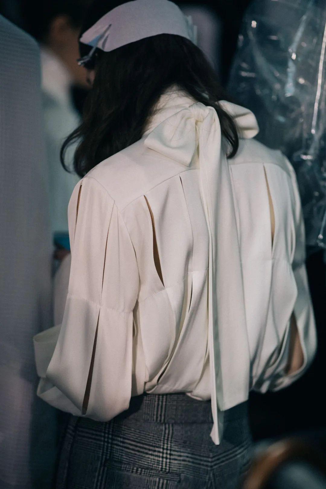 3 kiểu áo sơ mi cách điệu biến style của nàng công sở thành trendy hết sức - Ảnh 2.