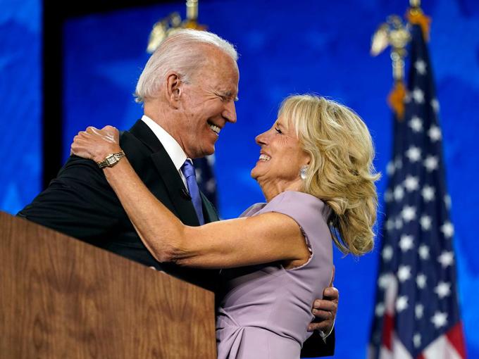 """Những """"ẩn ý"""" từ trang phục từ vợ khiến ông Biden """"mát lòng"""" khi ra tranh cử  - Ảnh 1."""
