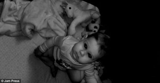 Được nhờ đến trông cháu, cô gái trẻ hoảng sợ nhìn thấy cảnh tượng trong cũi khi đứa trẻ ngủ chúc đầu xuống giường, phải cầu cứu dân mạng - Ảnh 3.