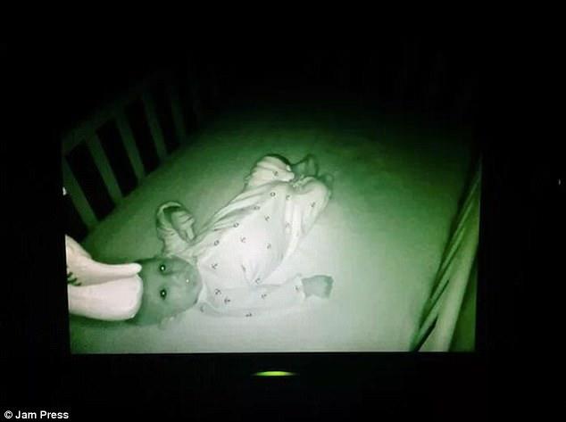 Được nhờ đến trông cháu, cô gái trẻ hoảng sợ nhìn thấy cảnh tượng trong cũi khi đứa trẻ ngủ chúc đầu xuống giường, phải cầu cứu dân mạng - Ảnh 9.