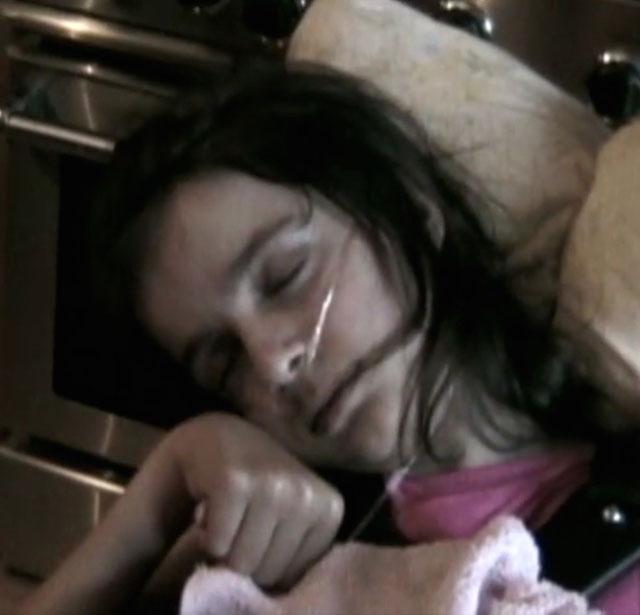 """Bé gái khỏe mạnh bỗng bị liệt, """"mắc kẹt"""" trong cơ thể mình suốt 4 năm nhưng những gì diễn ra sau một ánh mắt nhìn mẹ khiến các bác sĩ phải ngỡ ngàng - Ảnh 4."""