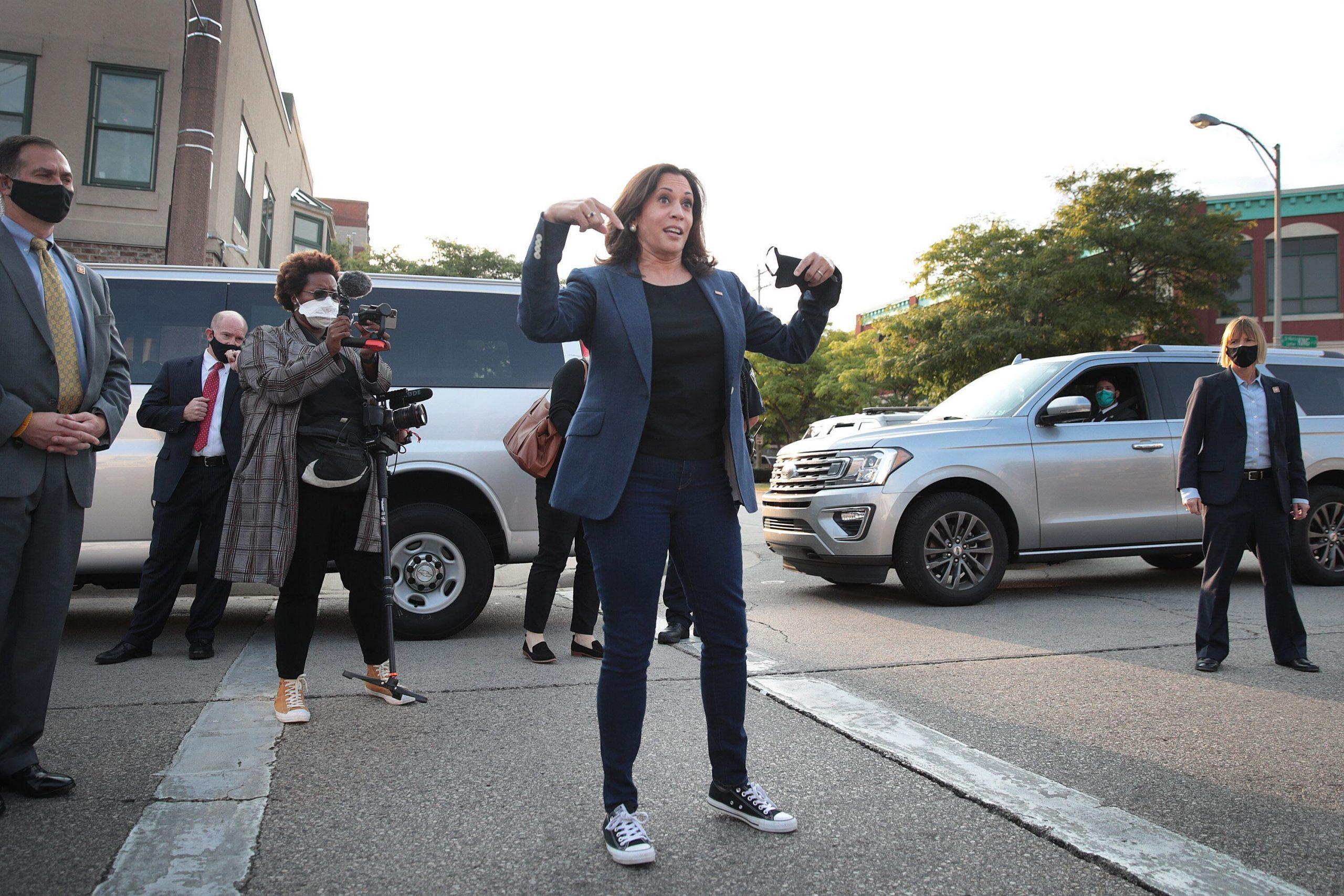"""Nữ phó Tổng thống Mỹ đầu tiên trong lịch sử: Từng bộ suit đều có """"ý nghĩa"""" riêng, U60 vẫn đi sneakers nhưng sâu xa  - Ảnh 5."""