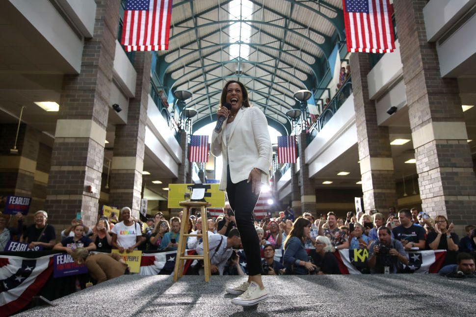 Nữ phó Tổng thống Mỹ đầu tiên trong lịch sử: U60 vẫn đi sneakers nhưng nguyên nhân sâu xa thì không phải ai cũng biết  - Ảnh 9.