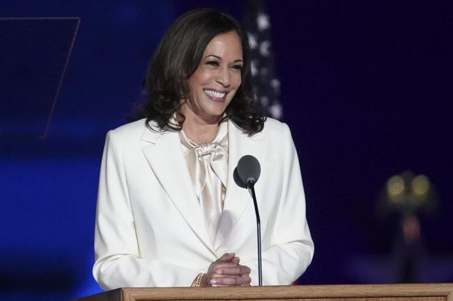 """Nữ phó Tổng thống Mỹ đầu tiên trong lịch sử: Từng bộ suit đều có """"ý nghĩa"""" riêng, U60 vẫn đi sneakers nhưng sâu xa  - Ảnh 1."""