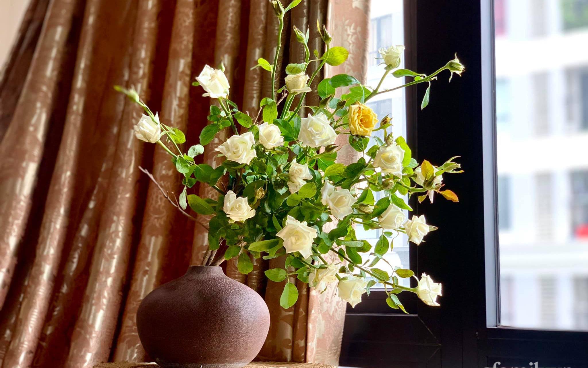 Chọn hồng cắt cành, người phụ nữ Hà Thành cắm kiểu tree rose đẹp duyên dáng không thể rời mắt
