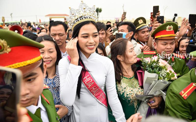 Loạt khoảnh khắc Đỗ Thị Hà về tới quê nhà hậu đăng quang Hoa hậu Việt Nam 2020, bà con làng xóm tập trung đông đủ