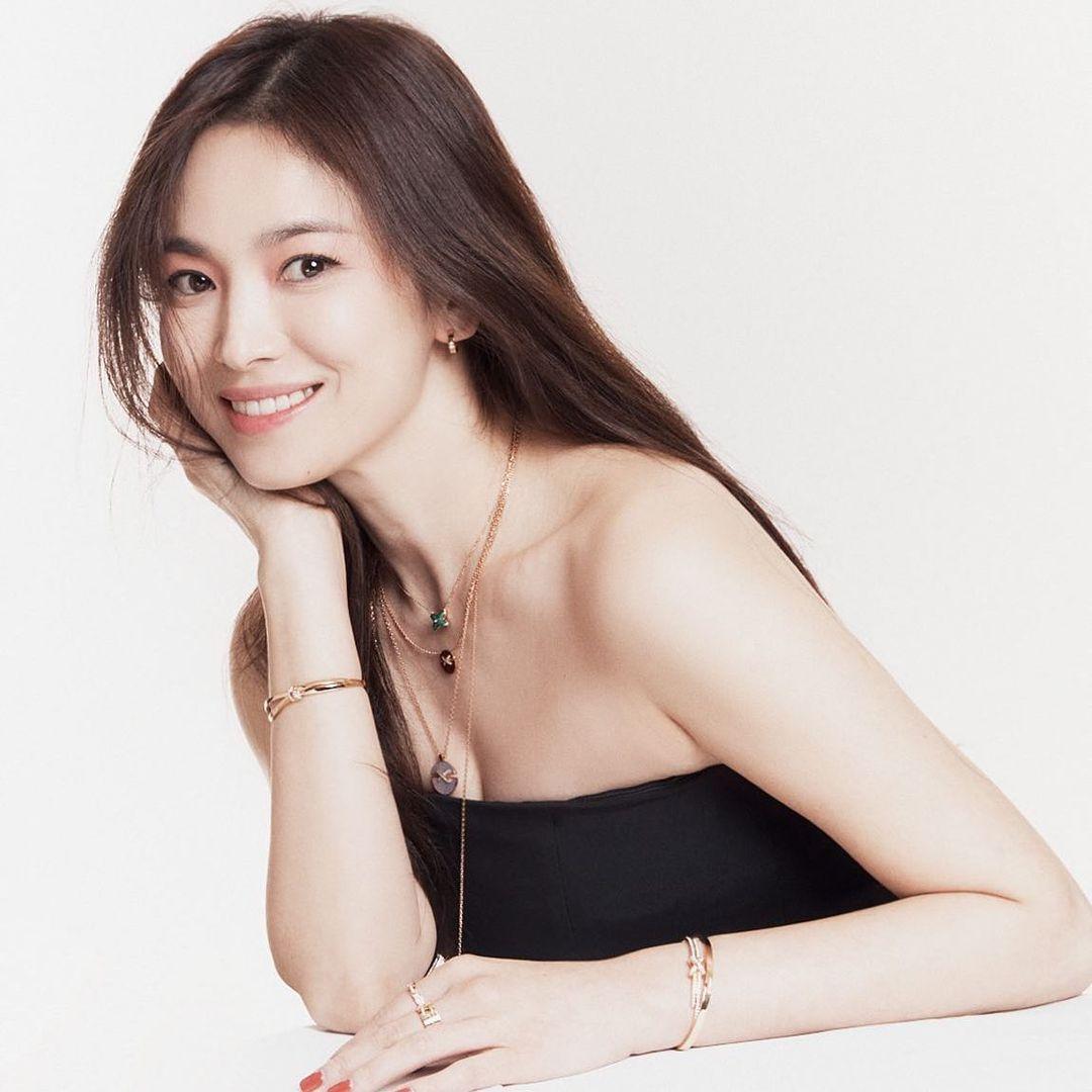 Vừa sang tuổi 40, Song Hye Kyo tung ngay hình ảnh theo 2 style đối lập: Khi là mỹ nữ Hong Kong, lúc lại như phu nhân nhà tài phiệt - Ảnh 4.