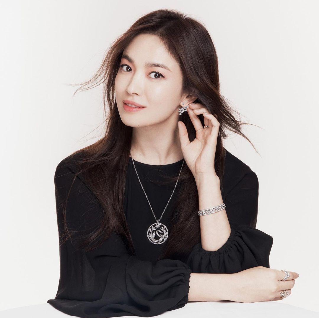 Vừa sang tuổi 40, Song Hye Kyo tung ngay hình ảnh theo 2 style đối lập: Khi là mỹ nữ Hong Kong, lúc lại như phu nhân nhà tài phiệt - Ảnh 6.