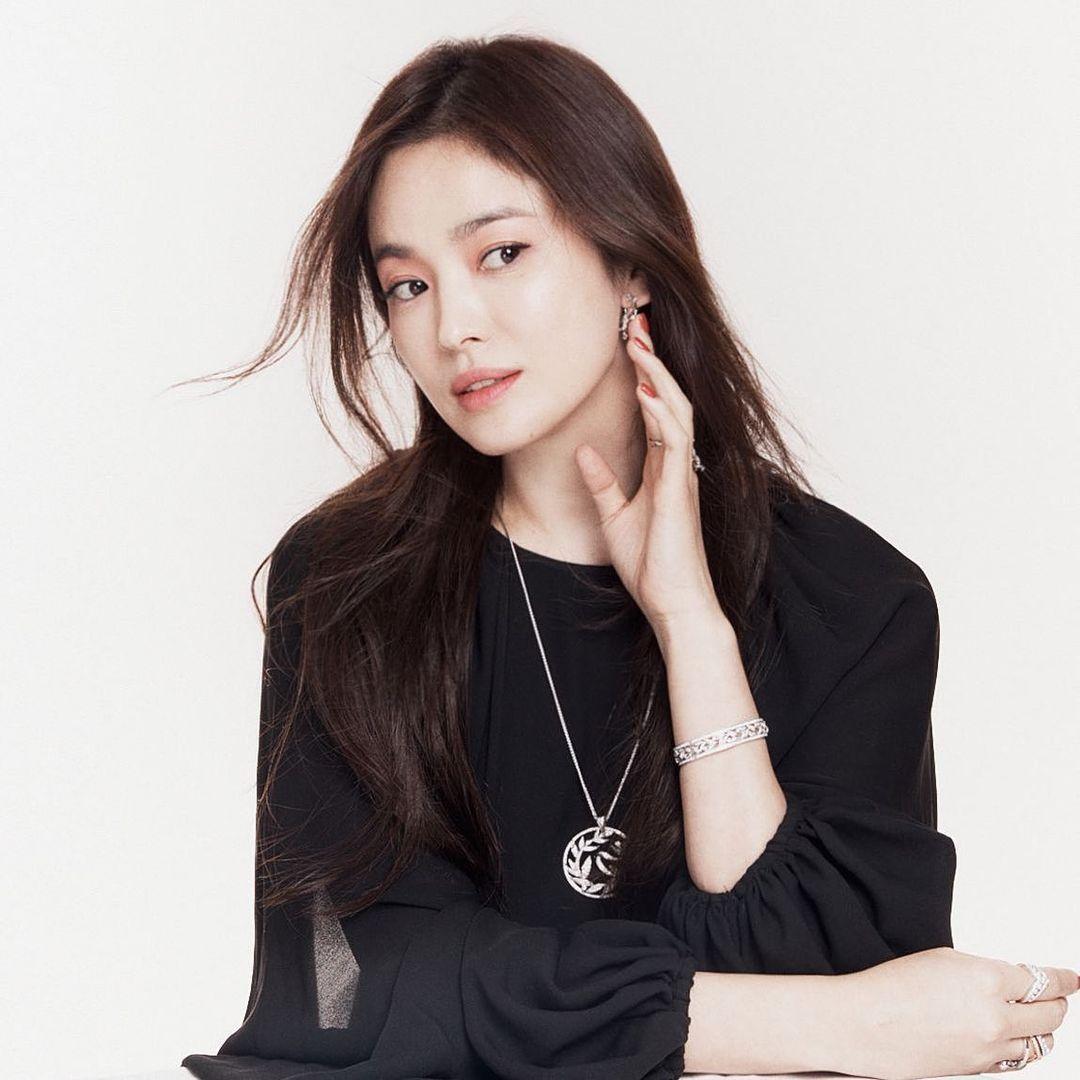 Vừa sang tuổi 40, Song Hye Kyo tung ngay hình ảnh theo 2 style đối lập: Khi là mỹ nữ Hong Kong, lúc lại như phu nhân nhà tài phiệt - Ảnh 5.