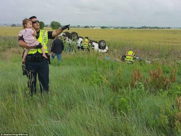 Bức ảnh anh cảnh sát dỗ dành bé gái ngay tại hiện trường vụ tai nạn giao thông gây khó hiểu, sự thật phía sau lấy nước mắt triệu người - Ảnh 3.
