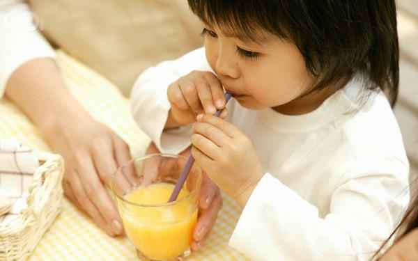 Trái cây rất tốt, nhưng sẽ có hại nếu cho trẻ nhỏ ăn theo cách này