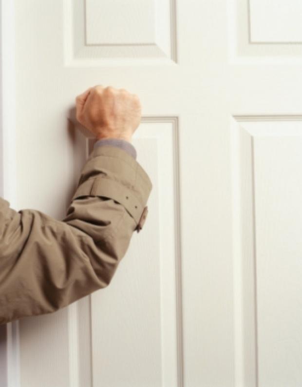 """Gõ cửa tiếng đồng hồ không thấy phản hồi nên tưởng con đột tử, gia đình hốt hoảng gọi cứu hộ phá cửa và chứng kiến cảnh tượng """"phát hờn"""" bên trong - Ảnh 1."""