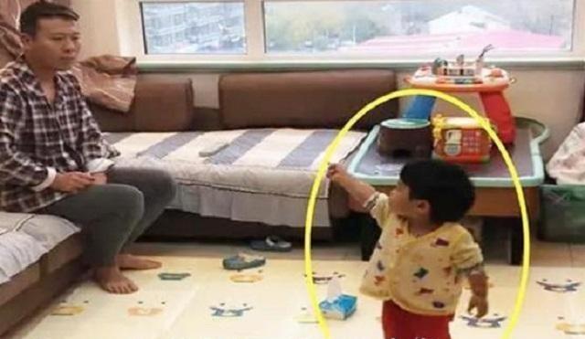 Mẹ thấy con gái nhỏ chỉ tay vào bố thì đang định mắng con, để rồi sau khi biết nguyên do, cô phải lập tức khen ngợi con gái - Ảnh 2.