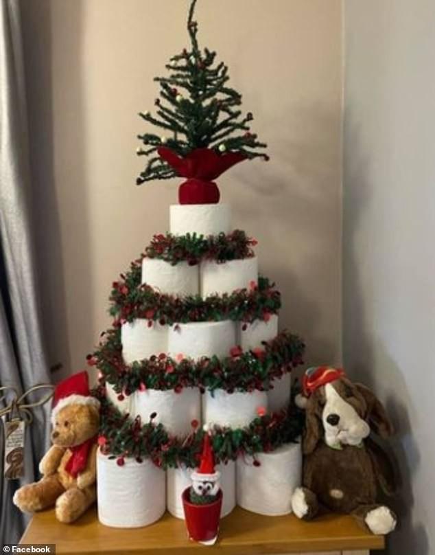 Treo khẩu trang, giấy vệ sinh lên cây thông Noel vì 'ám ảnh' với COVID-19 - Ảnh 1.