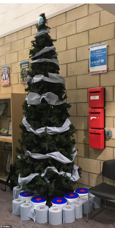 Treo khẩu trang, giấy vệ sinh lên cây thông Noel vì 'ám ảnh' với COVID-19 - Ảnh 3.