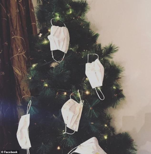 Treo khẩu trang, giấy vệ sinh lên cây thông Noel vì 'ám ảnh' với COVID-19 - Ảnh 12.