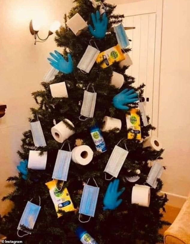 Treo khẩu trang, giấy vệ sinh lên cây thông Noel vì 'ám ảnh' với COVID-19 - Ảnh 11.