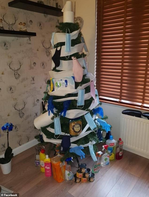 Treo khẩu trang, giấy vệ sinh lên cây thông Noel vì 'ám ảnh' với COVID-19 - Ảnh 4.
