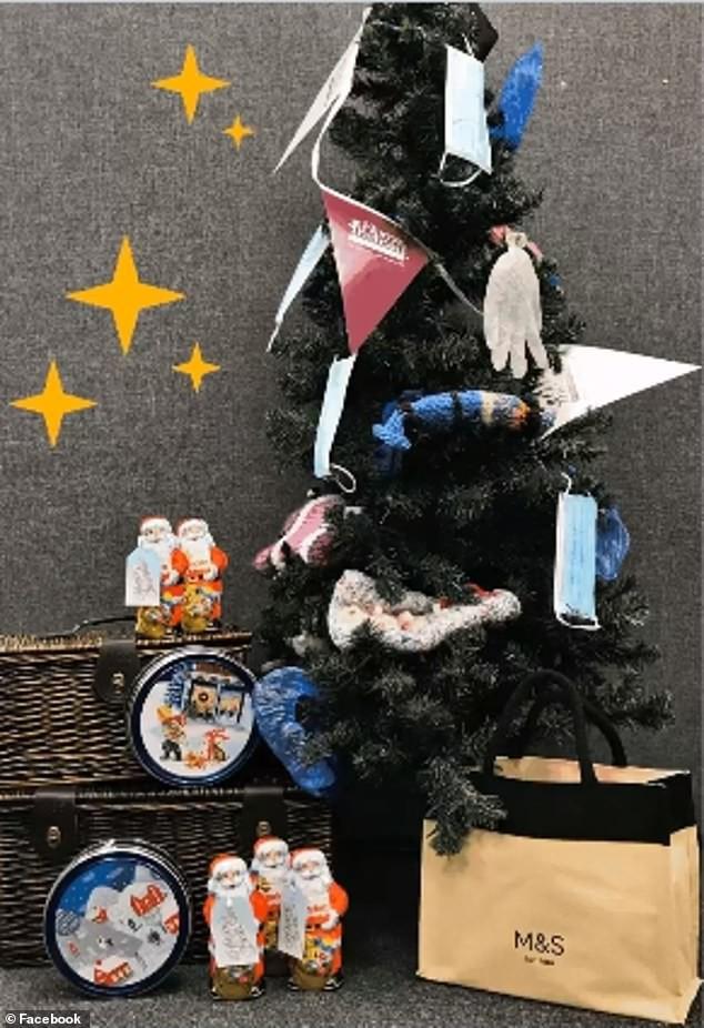 Treo khẩu trang, giấy vệ sinh lên cây thông Noel vì 'ám ảnh' với COVID-19 - Ảnh 10.