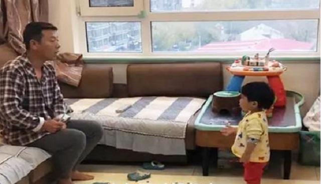 Mẹ thấy con gái nhỏ chỉ tay vào bố thì đang định mắng con, để rồi sau khi biết nguyên do, cô phải lập tức khen ngợi con gái - Ảnh 3.