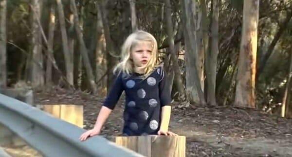 Lái xe trên đường, cặp đôi nhìn thấy bé gái đứng bên lề và hoảng hốt hơn khi nhìn theo chỉ tay của đứa trẻ về chiếc mương sâu - Ảnh 1.