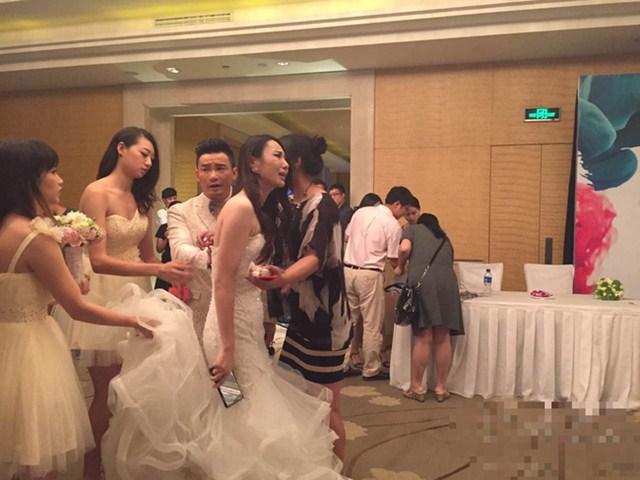 Trong ngày rước dâu, vừa bước lên xe hoa thì chị dâu tôi lập tức tái mặt lao xuống, rồi quẳng lại váy cưới chạy mất khiến tất cả kinh hãi - Ảnh 1.