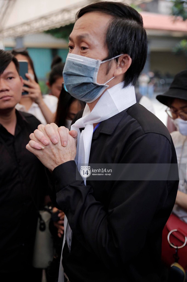 Rơi nước mắt với câu nói của NS Hoài Linh tại tang lễ cố NS Chí Tài: Bây giờ chẳng còn ai cô độc hơn anh đâu - Ảnh 2.