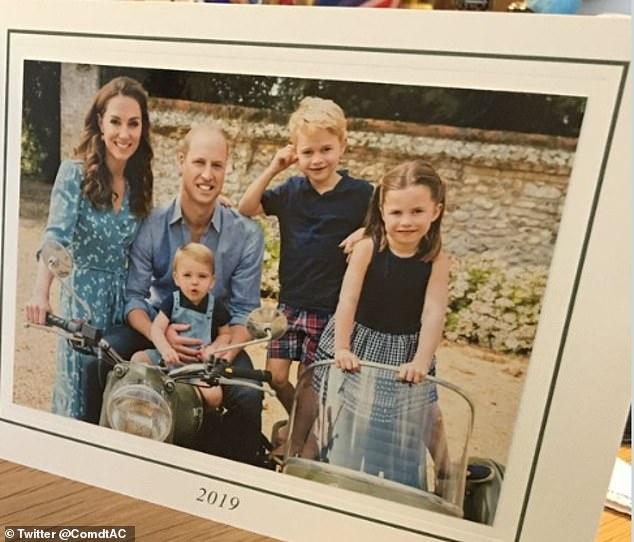 Rò rỉ ảnh mới mừng Giáng sinh của nhà Công nương Kate, Hoàng tử út Louis chiếm spotlight với nụ cười tỏa năng gây sốt cộng đồng mạng - Ảnh 3.