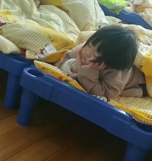Cô giáo đi kiểm tra phát hiện học sinh không chịu ngủ trưa, định lại nhắc nhở thì ôm bụng, nín cơn cười vì cảnh tượng trước mắt - Ảnh 2.