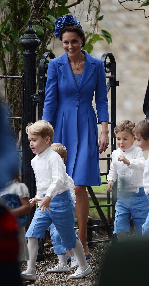 Lên đồ đi đám cưới, Kate Middleton tinh tế - Meghan Markle phản cảm khi hết lộ nội y đến vô duyên lấn át cô dâu - Ảnh 8.