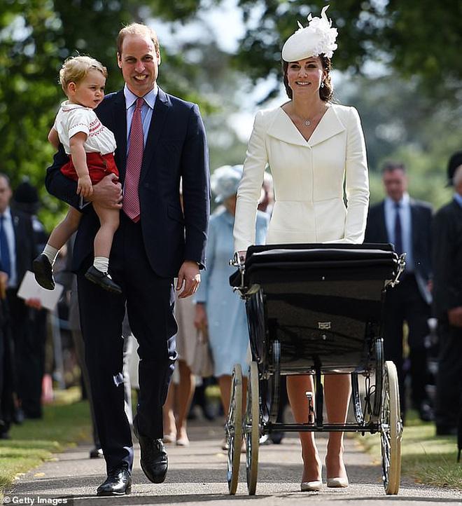 Lên đồ đi đám cưới, Kate Middleton tinh tế - Meghan Markle phản cảm khi hết lộ nội y đến vô duyên lấn át cô dâu - Ảnh 7.