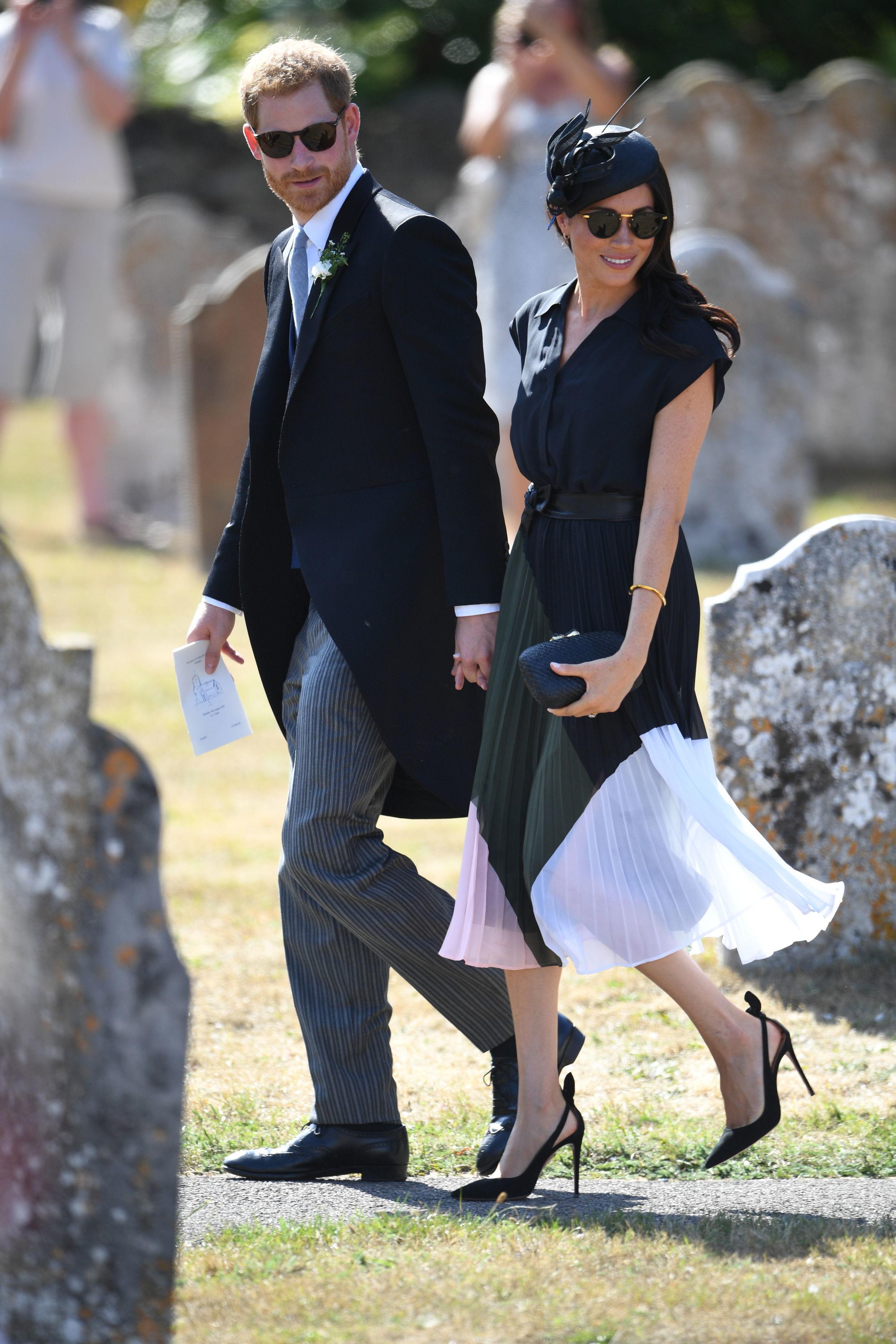 Lên đồ đi đám cưới, Kate Middleton tinh tế - Meghan Markle phản cảm khi hết lộ nội y đến vô duyên lấn át cô dâu - Ảnh 1.