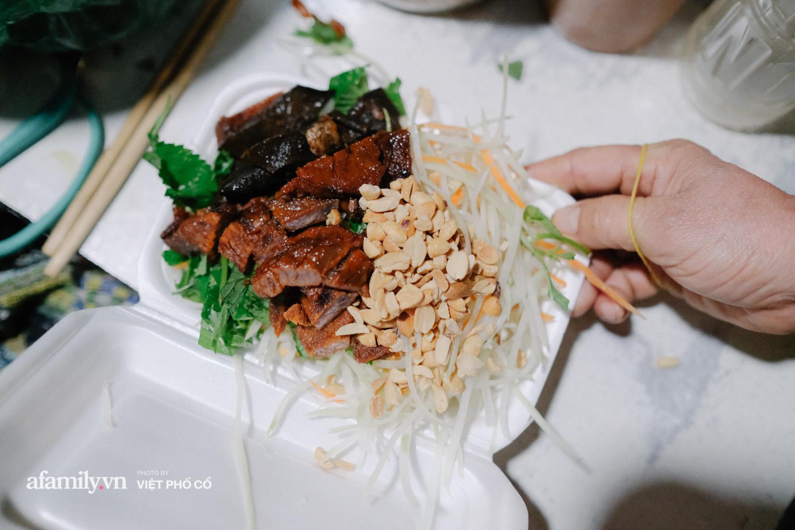 """Quán cóc được mệnh danh """"nộm bò khô ngon nhất Hà Nội"""" của nàng dâu xứ Huế, bán hàng vào giờ rất oái oăm nhưng khách vẫn phải tung chăn, đội gió đến ăn - Ảnh 7."""