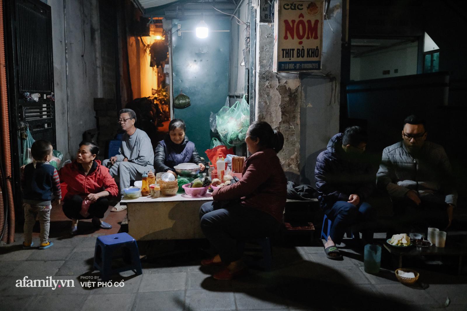 """Quán cóc được mệnh danh """"nộm bò khô ngon nhất Hà Nội"""" của nàng dâu xứ Huế, bán hàng vào giờ rất oái oăm nhưng khách vẫn phải tung chăn, đội gió đến ăn - Ảnh 1."""