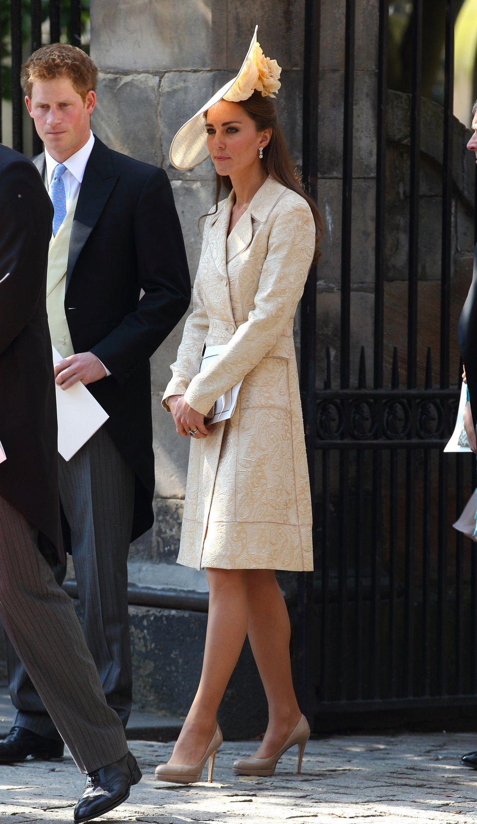 Lên đồ đi đám cưới, Kate Middleton tinh tế - Meghan Markle phản cảm khi hết lộ nội y đến vô duyên lấn át cô dâu - Ảnh 9.