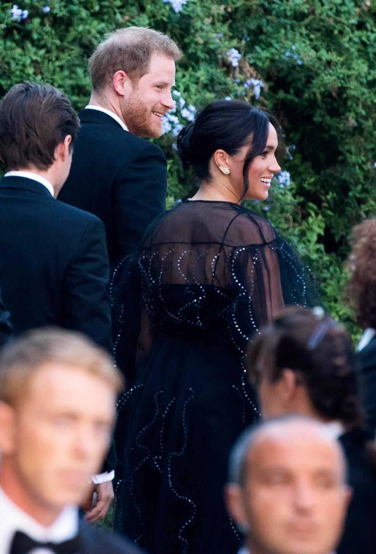 Lên đồ đi đám cưới, Kate Middleton tinh tế - Meghan Markle phản cảm khi hết lộ nội y đến vô duyên lấn át cô dâu - Ảnh 6.