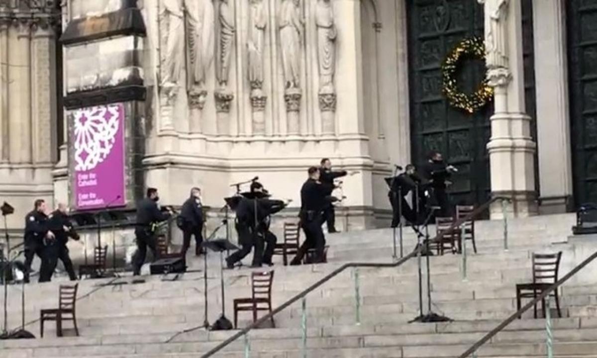 Nổ súng ngay bên ngoài một nhà thờ ở New York (Mỹ) - Ảnh 1.