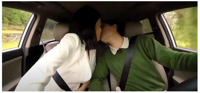 Nam Em gây náo loạn truyền hình: Giả vờ ngất xỉu khiến Trấn Thành bức xúc, hôn môi trai đẹp 3 lần, liên tục có hành động khác lạ  - Ảnh 7.