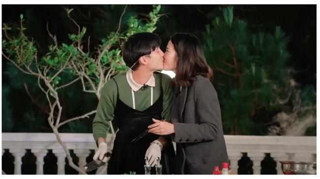 Nam Em gây náo loạn truyền hình: Giả vờ ngất xỉu khiến Trấn Thành bức xúc, hôn môi trai đẹp 3 lần, liên tục có hành động khác lạ  - Ảnh 8.