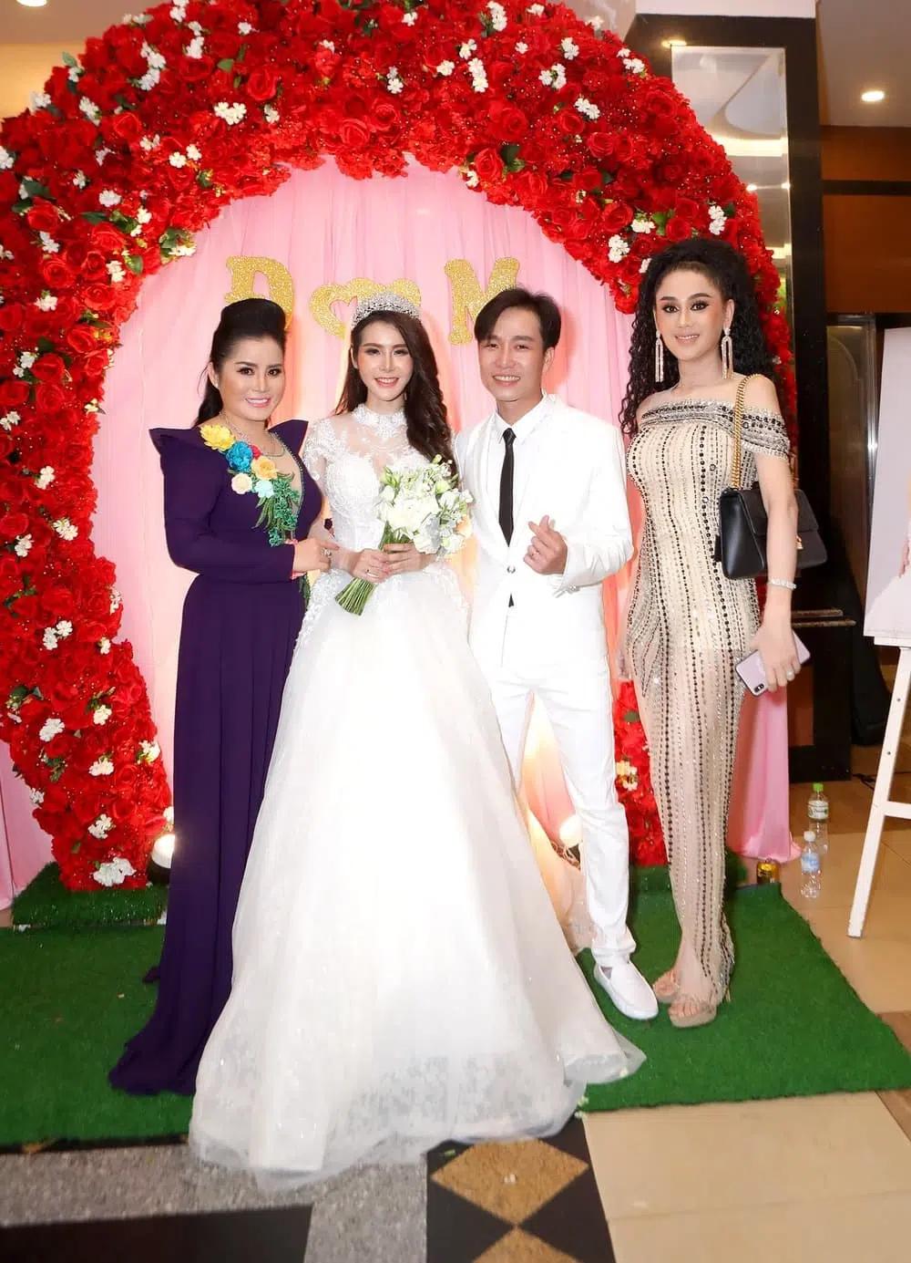 """Đi đám cưới tình cũ, Lâm Khánh Chi thay tới 2 bộ váy cắt khoét hiểm hóc, thêm đôi cao gót khủng nhưng xém chút thì """"vồ ếch"""" - Ảnh 8."""